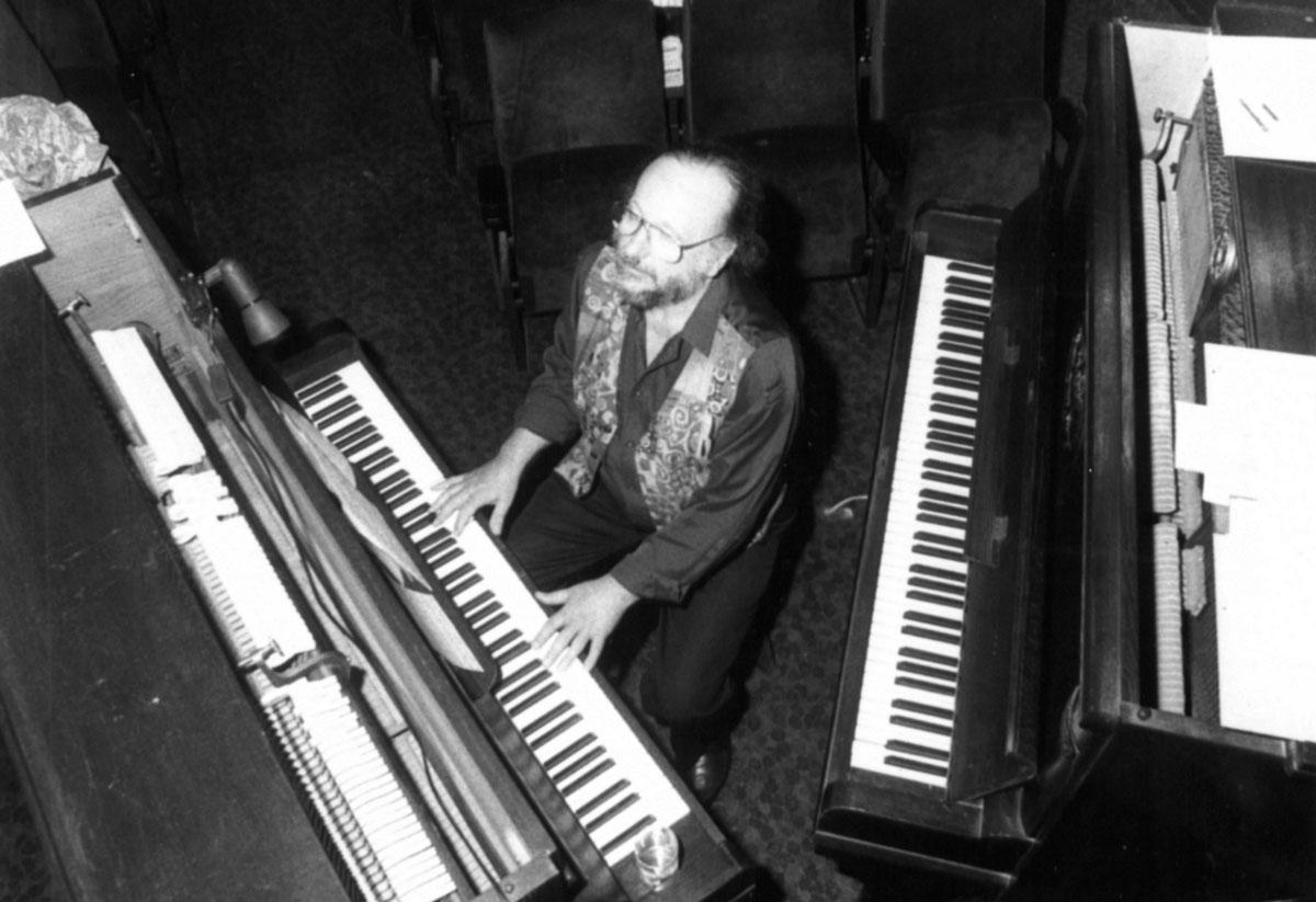 Peter Gotthardt zwischen zwei Klavieren