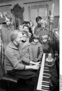 ADN-ZB/Rehfeld/3.3.77/Berlin: Wie ein alters Pianola klingt, interessiert heute nicht nur Kinder und Jugendliche. Im Gründerzeit-Museum in Berlin-Mahlsdorf führt der Inhaber Lothar Berfelde (l.), ehrenamtlicher Mitarbeiter der Denkmalspflege, seinen Gästen gern die historischen Instrumente vor. Er hat 33 Jahre lang Möbel und Hausrat der Gründerzeit gesammelt und macht diese Schätze seit 1960 der Öffentlichkeit zugänglich. Zu sehen sind fünf komplette Zimmereinrichtungen, eine historische Gastwirtschaft, Musikautomaten und -instrumente, Grammphone, Uhren und andere Gegenstände. Führungen finden sonntags um 11 und 12 Uhr statt, Werktags nach Anmeldung. Das Haus steht am Hultschiner Damm 333.