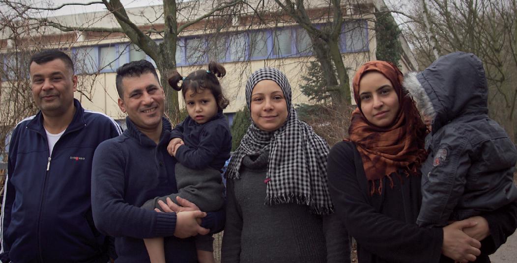 Im Gespräch mit Mohannad (45), Wael (39), Aisha (29) und Amani (32) | Foto: Matthias Vorbau