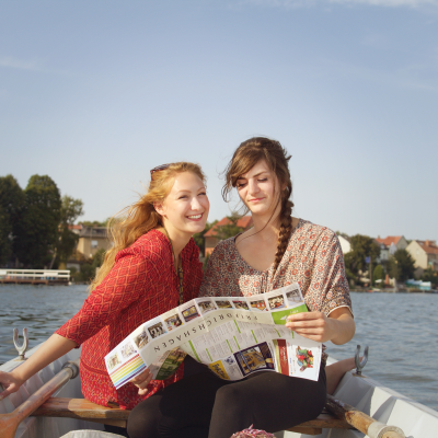Janny und Lena rudern auf dem Müggelsee