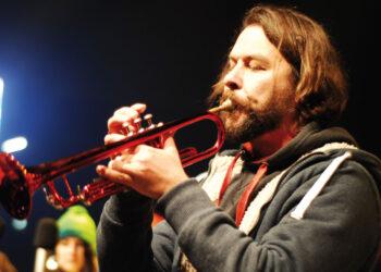 Chritian Arbeit mit roter Trompete