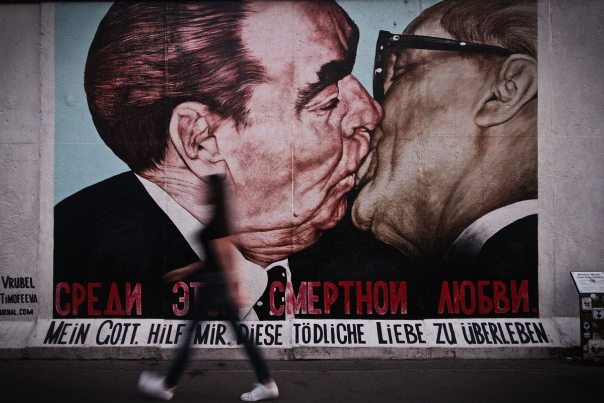 Mural Breschnew kisses Honecker