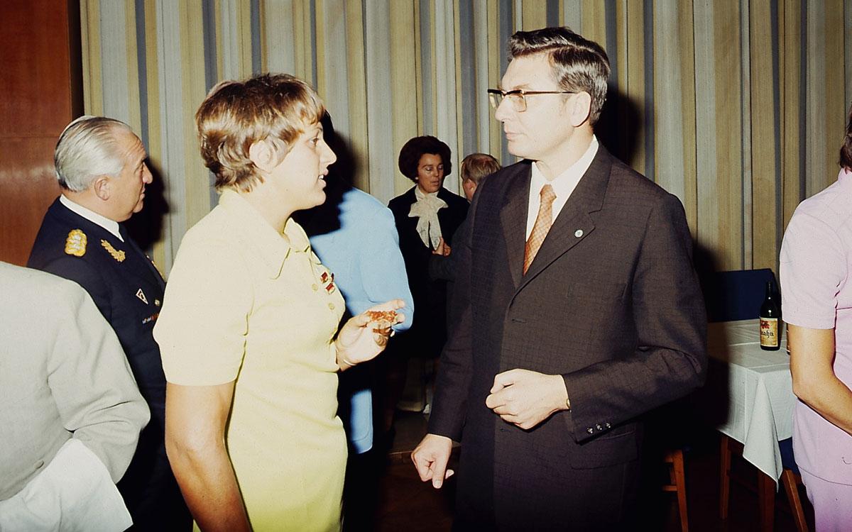 Werner Lamberz spricht mit einer ausgezeichneten Frau