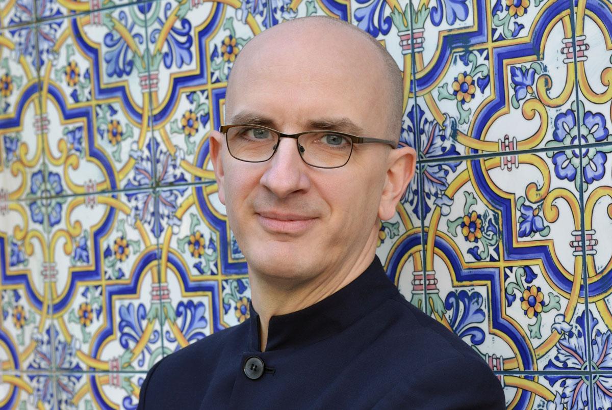 Jakob Hein vor orientalischen Fliesen