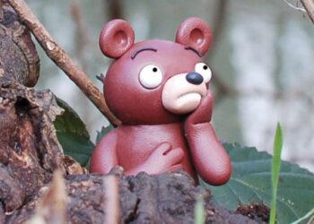 Am Gestade der Wuhle sitzt ein kleinerr Wuhlebär