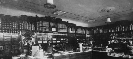 historisches Foto der Ladeneinrichtung des Kolonialwarenhändlers Josef Heinrich