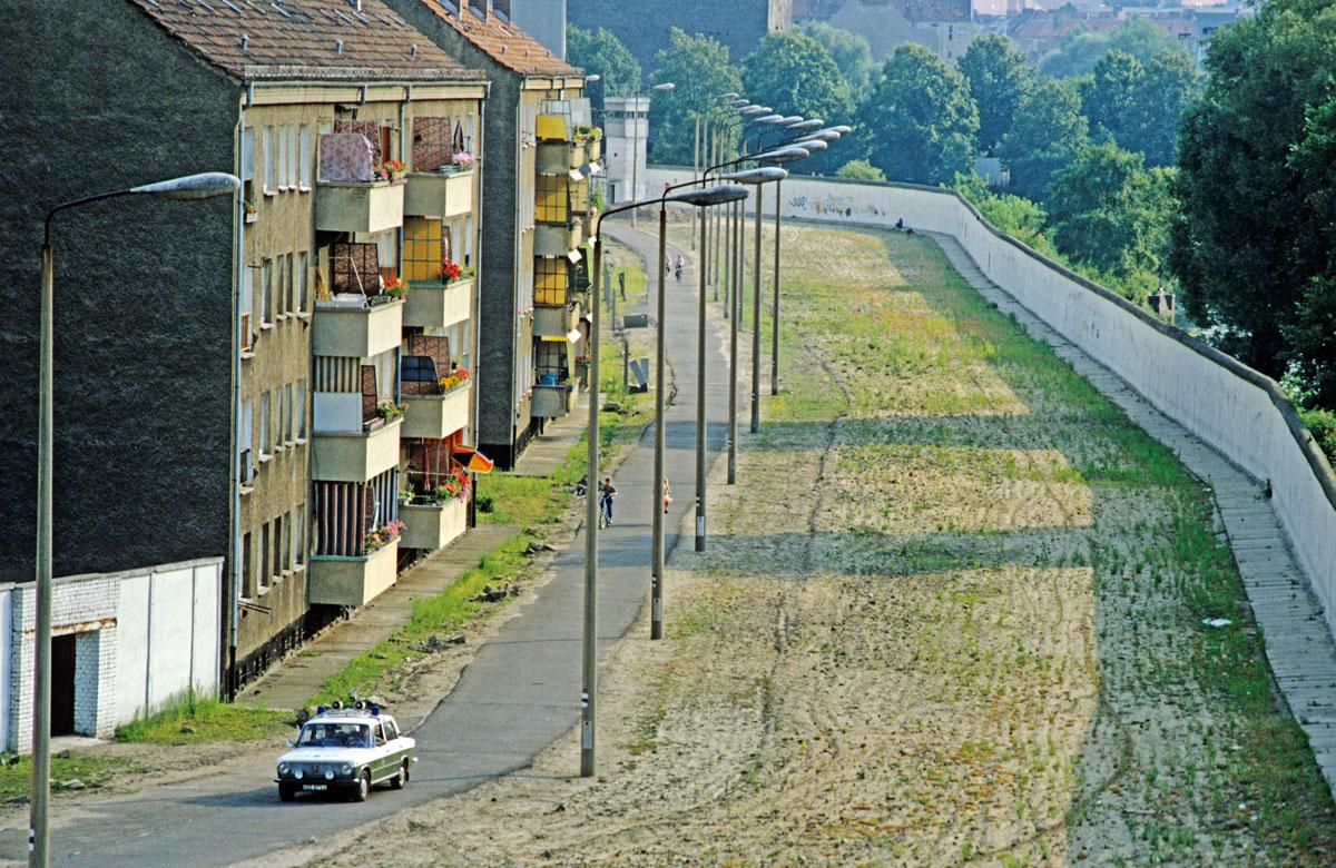 Todesstreifen zwischen Bezirk Treptow und Neukoelln nach dem Mauerfall