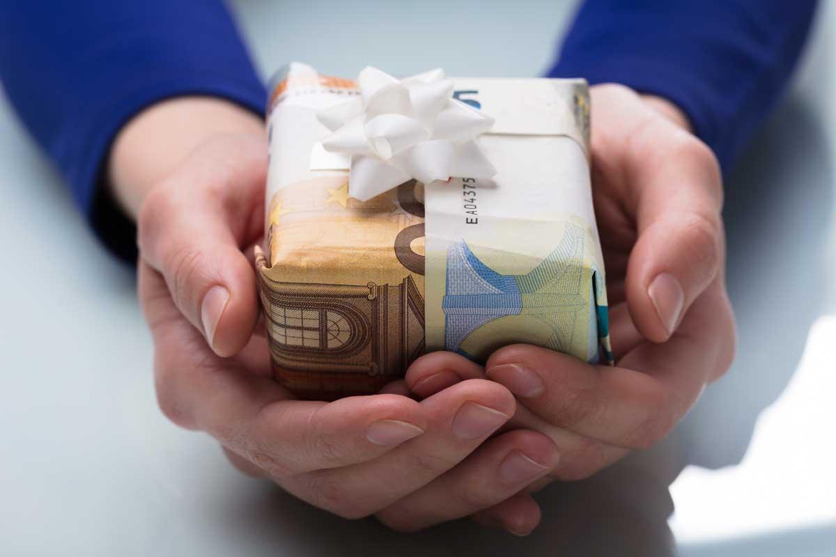 Geschenk mit Geldscheinen als Geschenkpapier