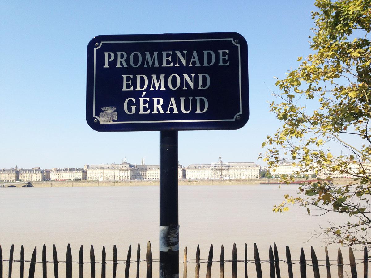 Ein Schild von der Strandpromenade in Bordeaux
