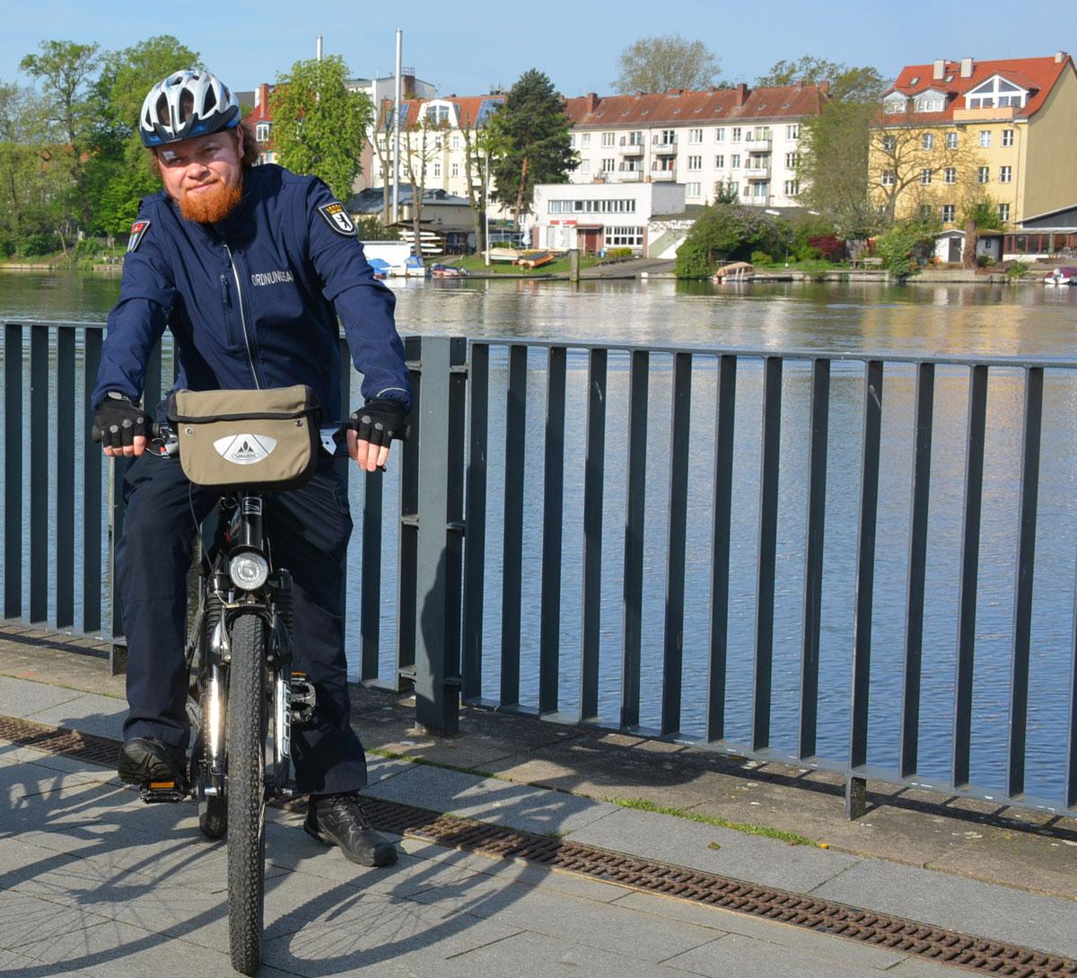 Mitarbeiter der Fahrradstaffel des Ordnungsamtes Treptow-Köpenick im Einsatz