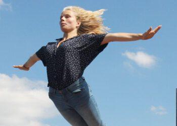 Fliegendes Mädchen über dem Flutgraben, Treptow. Im Hintergrund der Allianz-Tower.