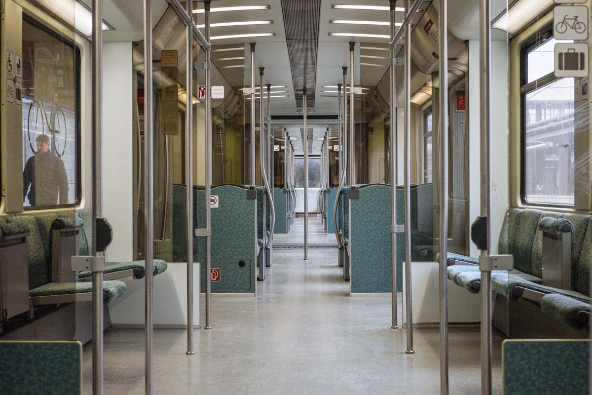 Leerer Berliner S-Bahnwaggon der Linie S3