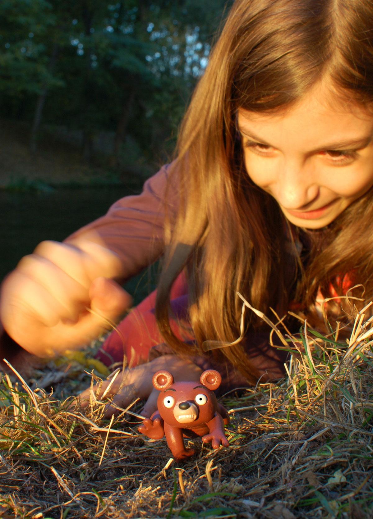Der Wuhlebär flieht mit weit aufgerissenen Augen vor den Zudringlichkeiten junger Verehrerinnen.