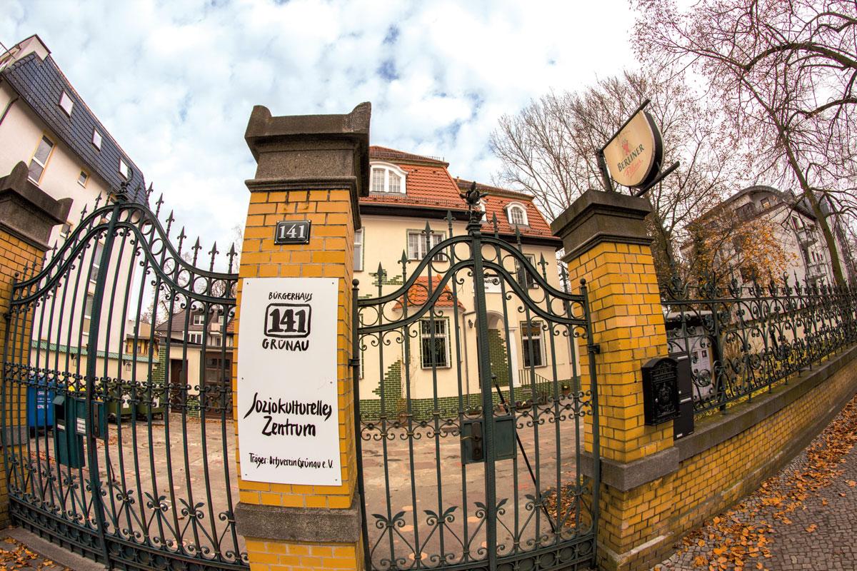 Das geschlossene Tor des Bürgerhauses Grünau
