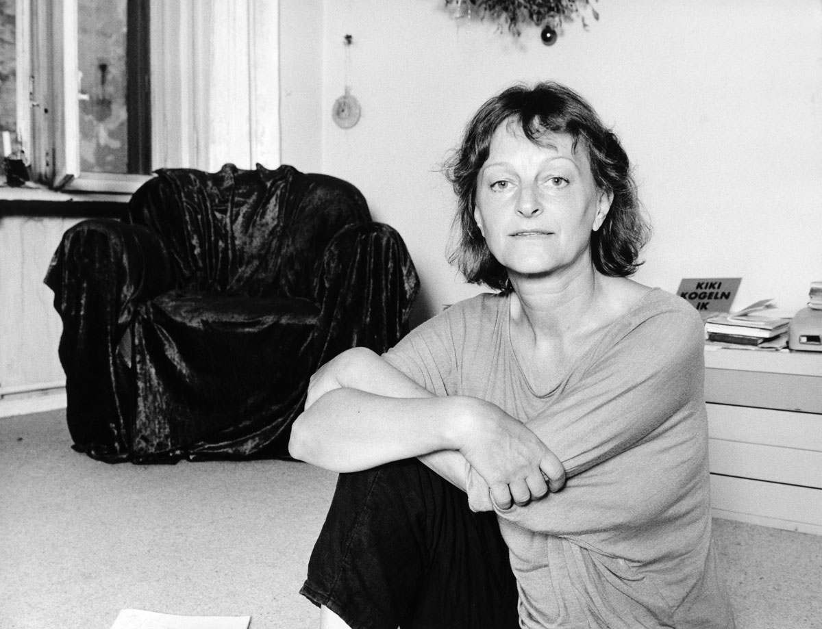 Die Fotografin Helga Paris sitzende auf dem Fußboden