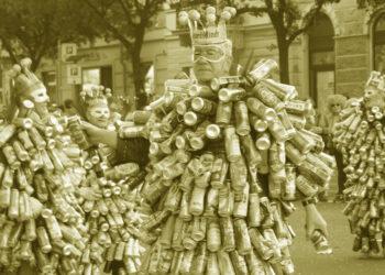 Mehrere Bürger im Weißblechdosenkostüm