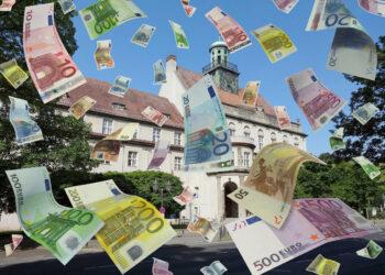 Viele Euroscheine flattern aus dem Rathaus Treptow