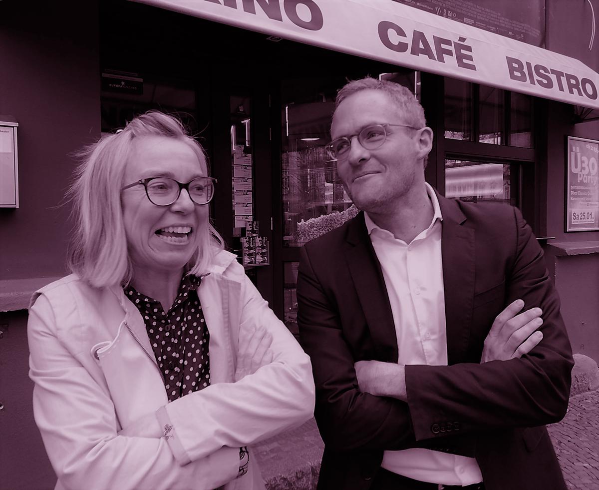 Danuta Schmidt mit Pfarrer Höner vor dem Eingang des Kino Union