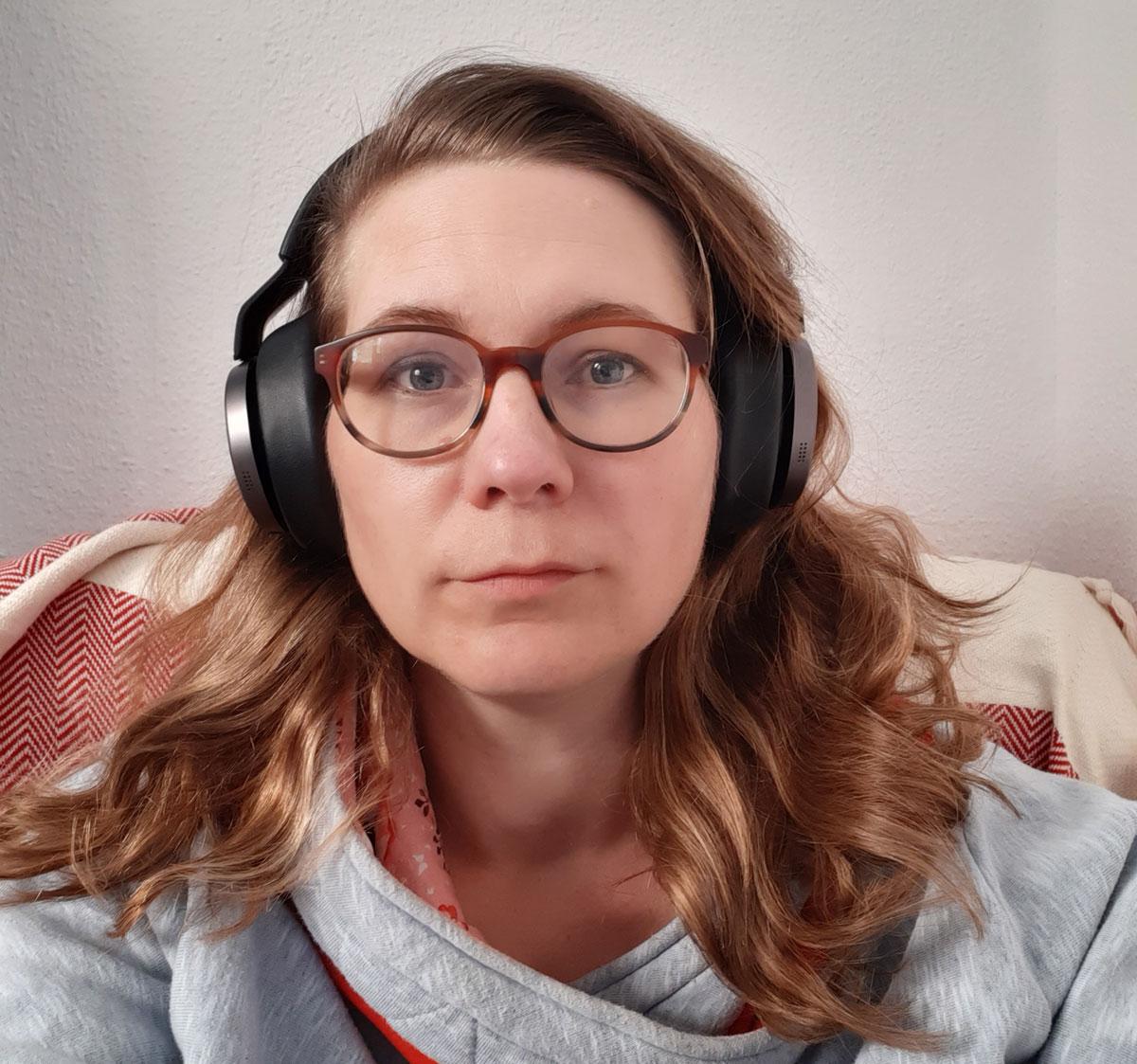 Kirsten mit Schallschutzkopfhörern