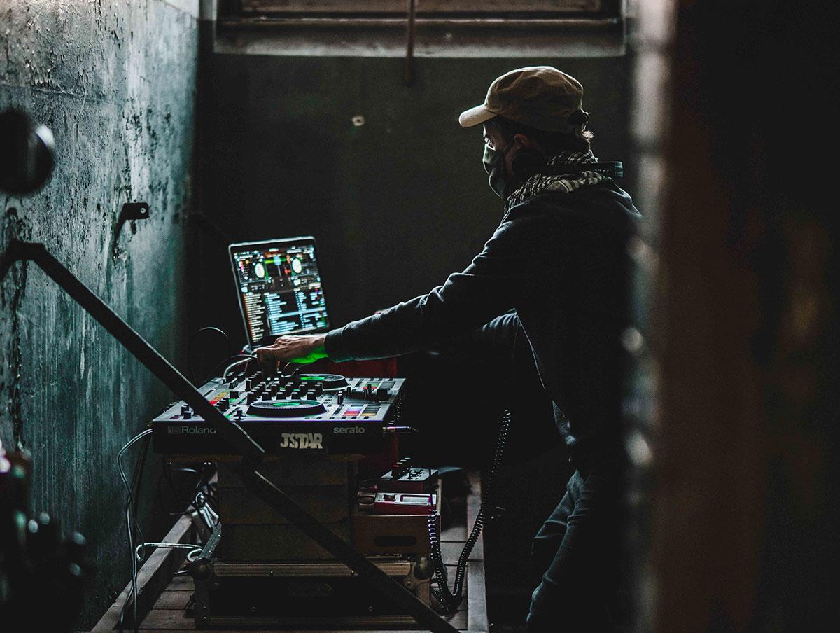#Jailsessions – DJ mit Mischpult in einer Gefängniszelle