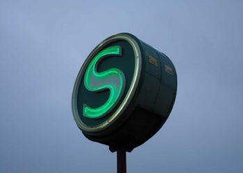 Das grüne Zeichen der Berliner S-Bahn vorm dämmernden Abendhimmel