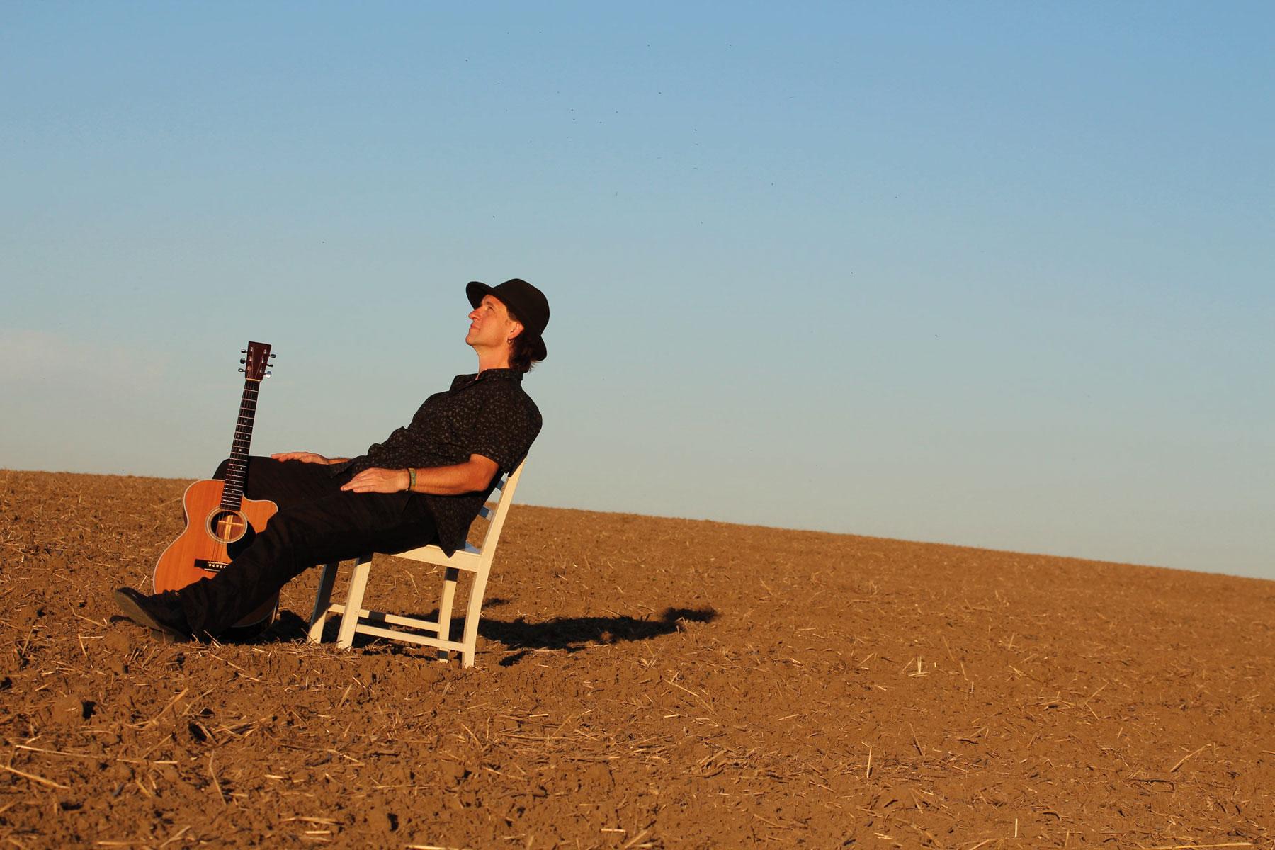 Kenny von Tapper Glue sitzt auf einem abgeernteten Feld in Münchhofe bei Berlin