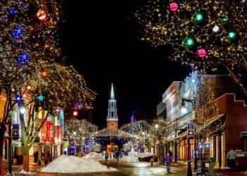 Weihnachtlich geschmückte Straße