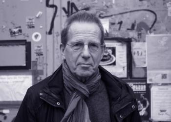 Karl Koeckenberger vor dem Eingangsbereich des CABUWAZI Künstlerhauses in der Bouchéstraße