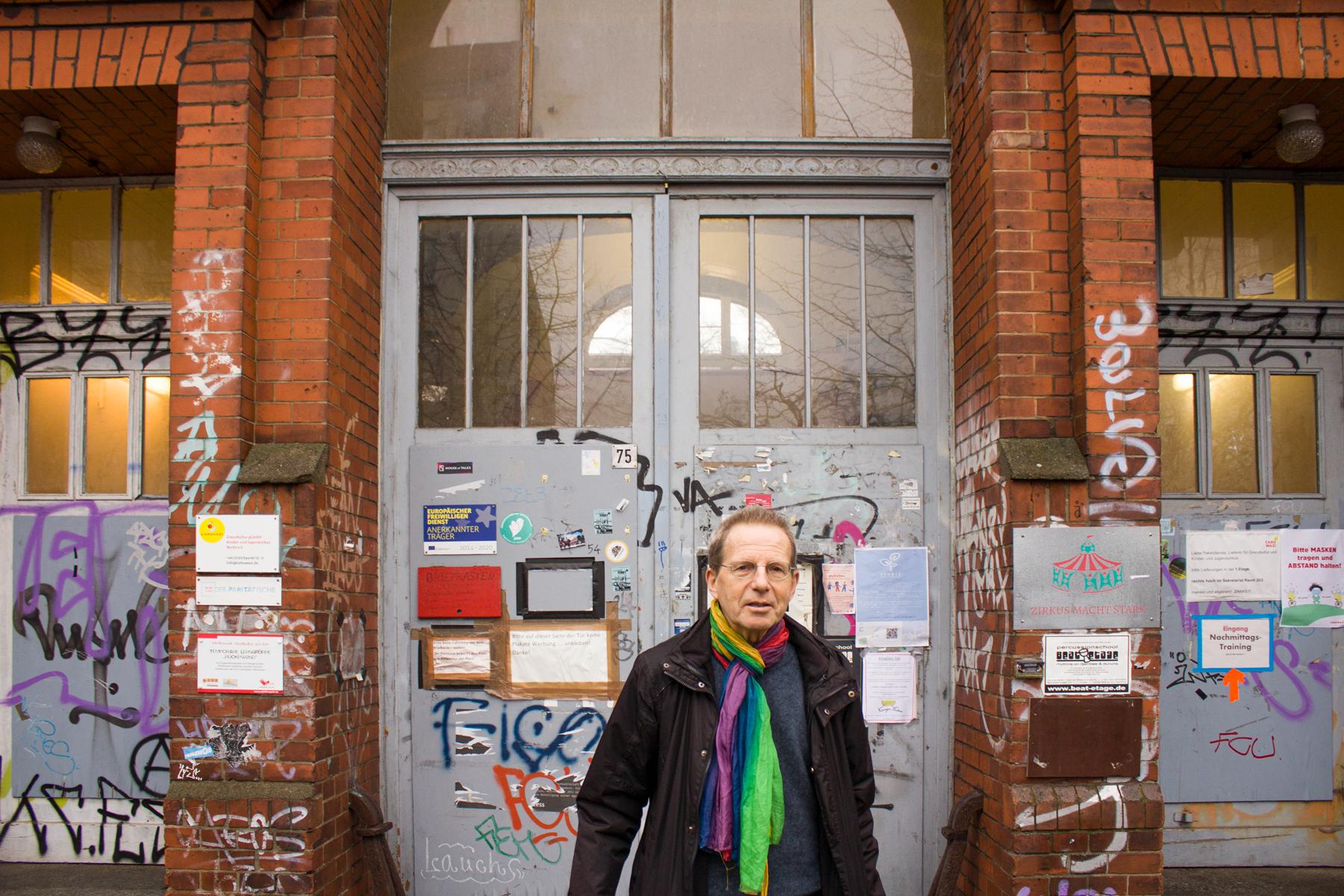 Karl Köckenberger vor dem Eingangsbereich des Künstlerhauses in der Bouchéstraße
