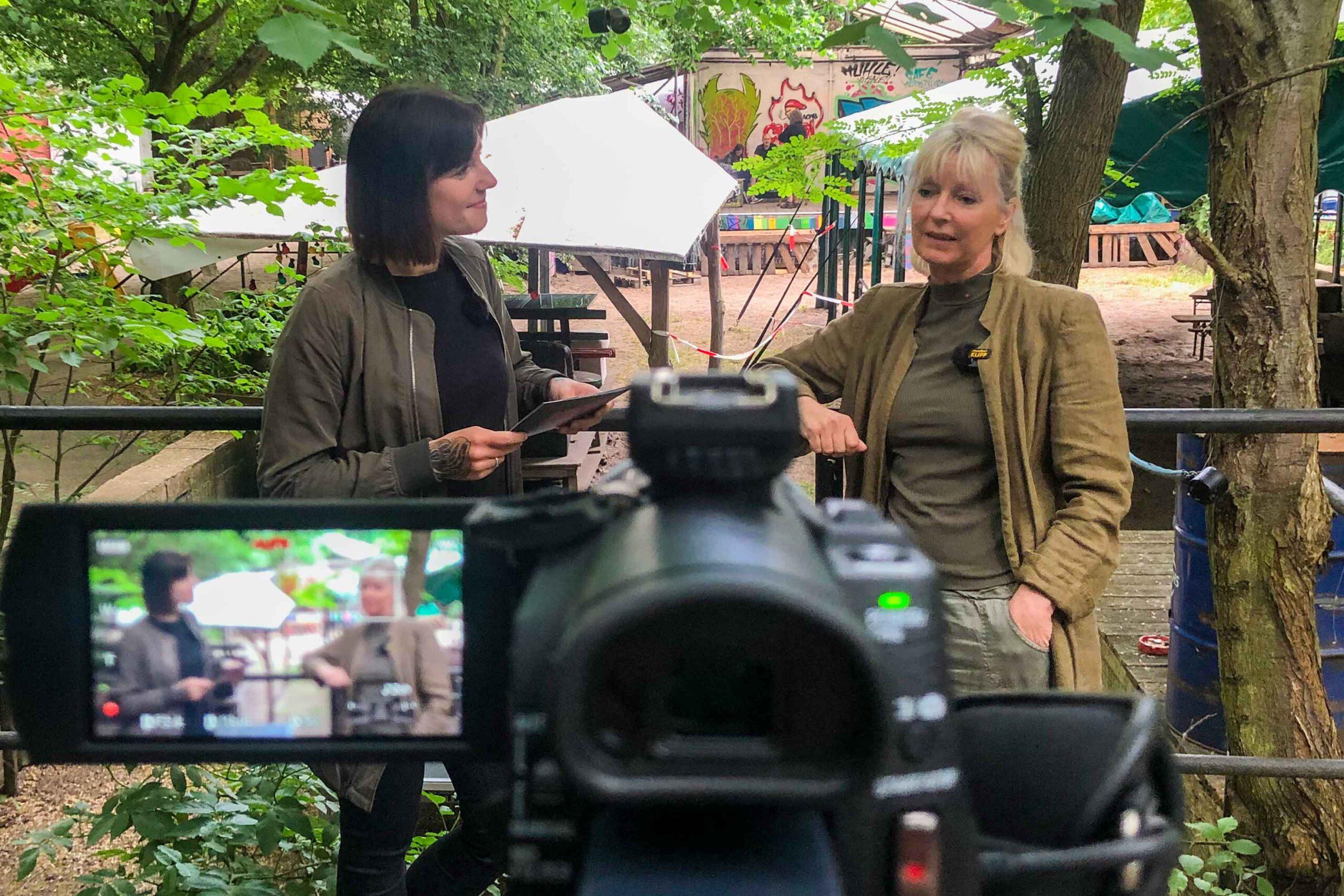 Stefanie Schuricht und die Kandidatin der SPD für das Berliner Abgeordnetenhaus, Dunja Wolff, im HdJK / Cafe Köpenick
