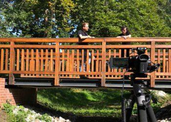 Norman Heß und Nico Schmolke auf der Brücke im Schlosspark Schöneiche