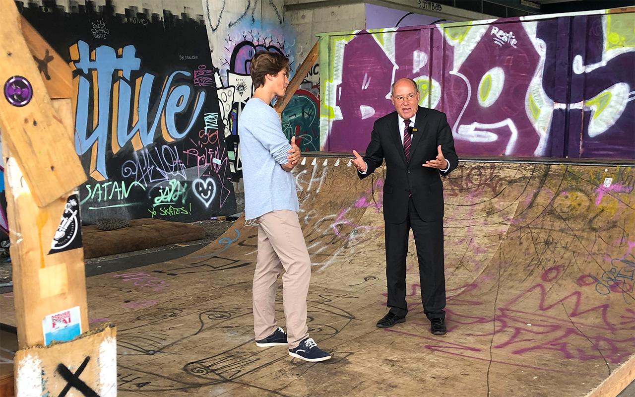 Direktkandidat Gregor Gysi für die Bundestagswahl 2021 im Lost in Südost-Interview unter der Minna-Todenhagen-Brücke