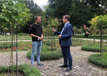Carl Grouwet und Nico Schmolke im Rosengarten, Treptower Park