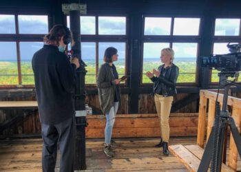 Bürgermeisterkandidatin für Woltersdorf, Mandy Schaller im Kanal zur Wahl Interview im Aussichtsturm auf dem Kranichberg