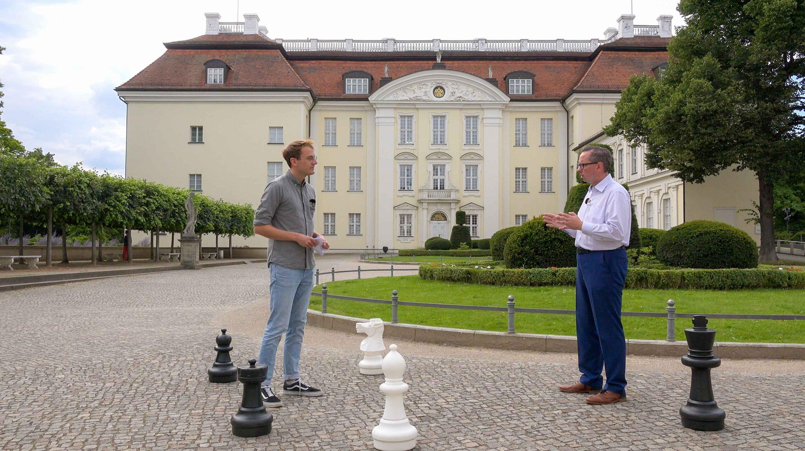 Bezirksbürgermeister Oliver Igel (SPD) im Lost in Südost-Interview vor dem Schloss Köpenick